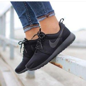 Black Nike Roshe Sneakers (Size 7.5)